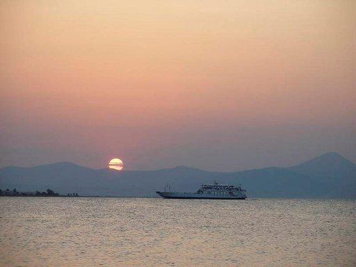 Eretria-Oropos -lautta liikennöi iltamyöhään.