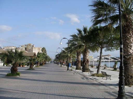 Antiikin teatteri -rantabulevardilla Eretriassa ilta taittuu nopeasti.