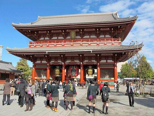 Sakusassa sijaitseva Senso-jin temppeli on yksi Tokion näyttävimmistä ja pyhimmistä. Betoninen Hozo-monin portti johdattaa itse temppelialueella. Temppelin ympäristö on oiva paikka tehdä tuliaisostoksia.