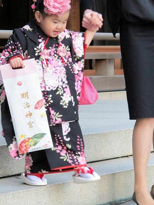 Marraskuussa shintolaiset pyhäköt täyttyvät kimonopukuisista lapsista. Seremonian uskotaan tuovan lapsille pitkän elämän ja pitävän pahat henget loitolla.