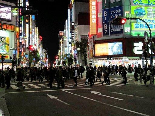 Shinjukun kaupunginosa kuhisee elämää vuorokauden ympäri.