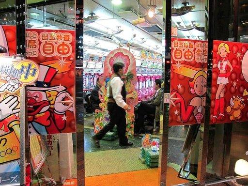 Pachinko-hallit täyttyvät iltaisin tummapukuisista toimihenkilöistä eli salarymaneista. Pelin ideana on kerätä mahdollisimman paljon pieniä teräskuulia, jotka voi vaihtaa kassalla palkintoon. Rahapeli on kiellettyä.