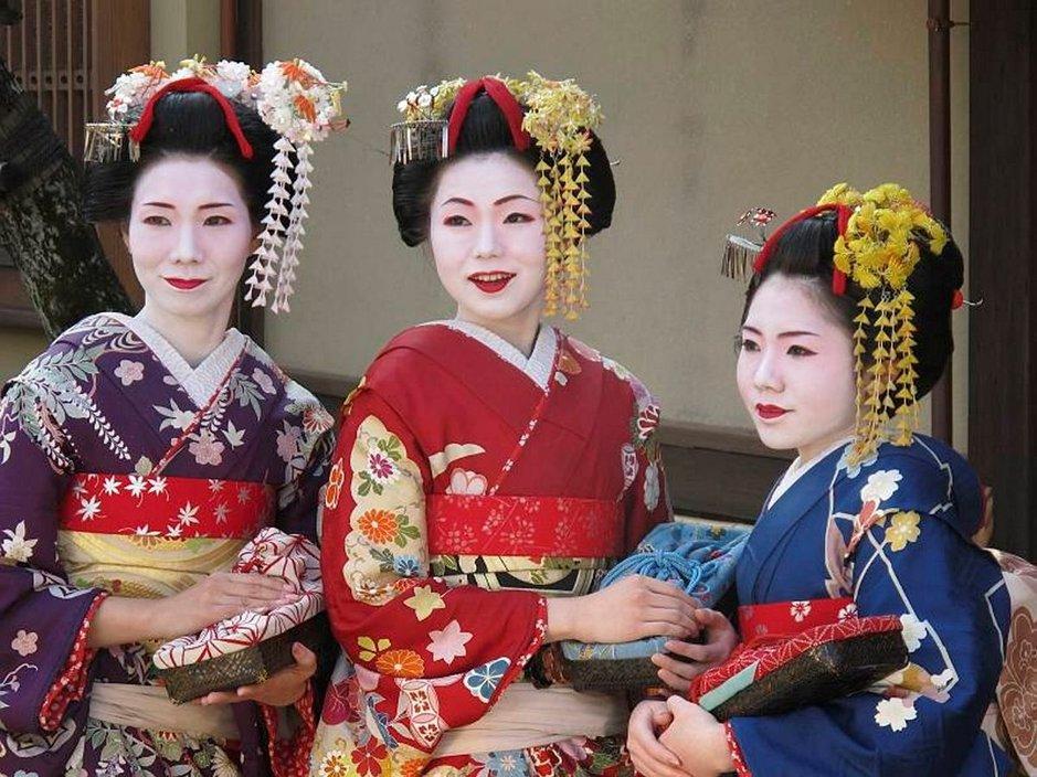 Japanissa arvellaan olevan vielä alle 2 000 geishaa. Kiotossa myös turisteilla on mahdollisuus tälläytyä maikoksi tai geishaksi monissa aiheeseen erikoistuneissa studioissa.