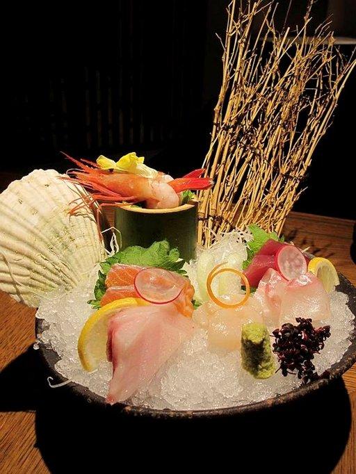 Ensikertalaista sashimin syöminen saattaa pelottaa. Autenttisin paikka sushin ja sashimin nauttimiseen on Tsukijin kalamarkkinat Tokiossa.