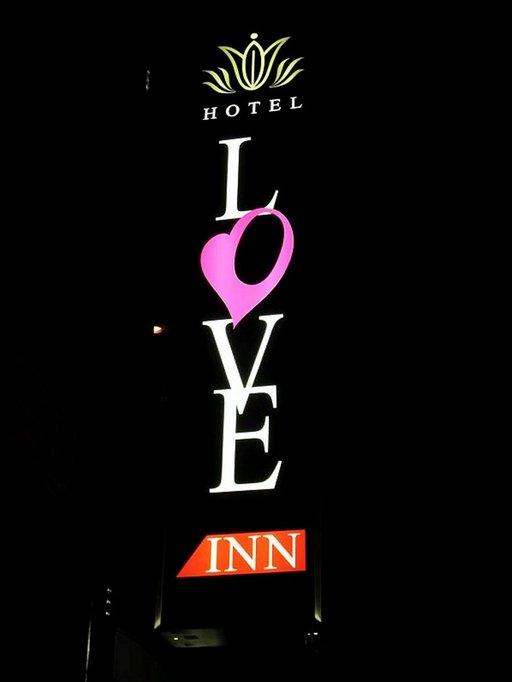 Love Hotelissa japanilaiset nuoret parit voivat tapailla katseelta suojassa. Toisaalta ne tarjoavat huokean majoitusvaihtoehdon myös reppumatkaajille.