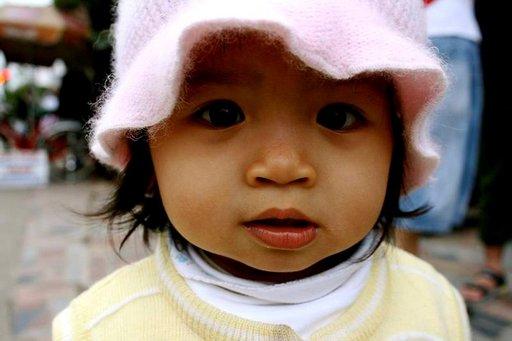 Vietnamilaisilla lapsilla ei ole nukkumaanmenoaikaa. Aikuiset ovat ulkona iltaisin pikkuvauvat kainalossa ja kaduilla pyörii pikkulapsia yömyöhään.