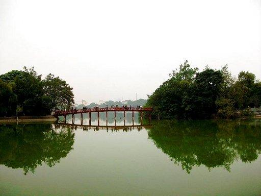 Hanoin keskustassa on kuuluisa Punainen Silta, jonka yli on jokaisen kaupungissa kävijän ehdottomasti käveltävä.