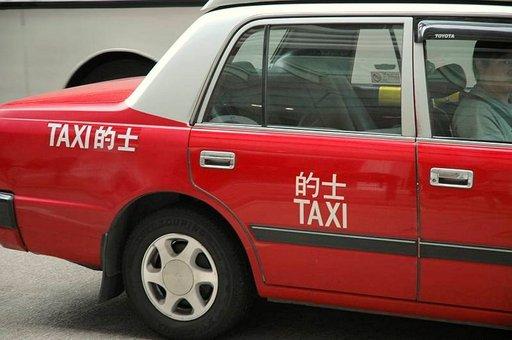 Taksit on merkitty eri värein ja vihreävalkoinen taksi saa ottaa kyydin ainoastaan lentokentältä, sinivalkoinen Lantaun muilta alueilta ja punaharmaat mistä tahansa.