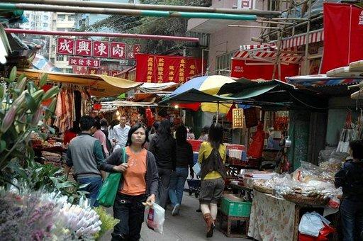 Kaduilta voi ostaa hedelmiä, vihanneksia, nuudeleita, säilöttyjä käärmeitä tai sammakoita. Proteiinia saadaan koppakuoriaisista tai muista hyönteisistä.