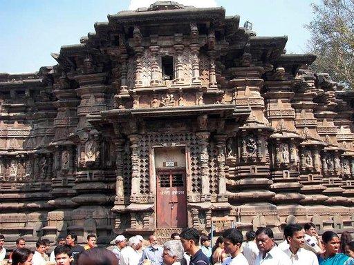 Temppelien hienostuneet seinäkuviot ja ihmismäärät hämmästyttivät.