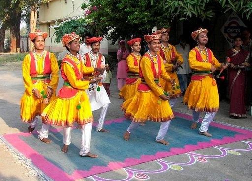 Matkan hintaan sisältyi intialaisia tanssi- ja musiikkiesityksiä.