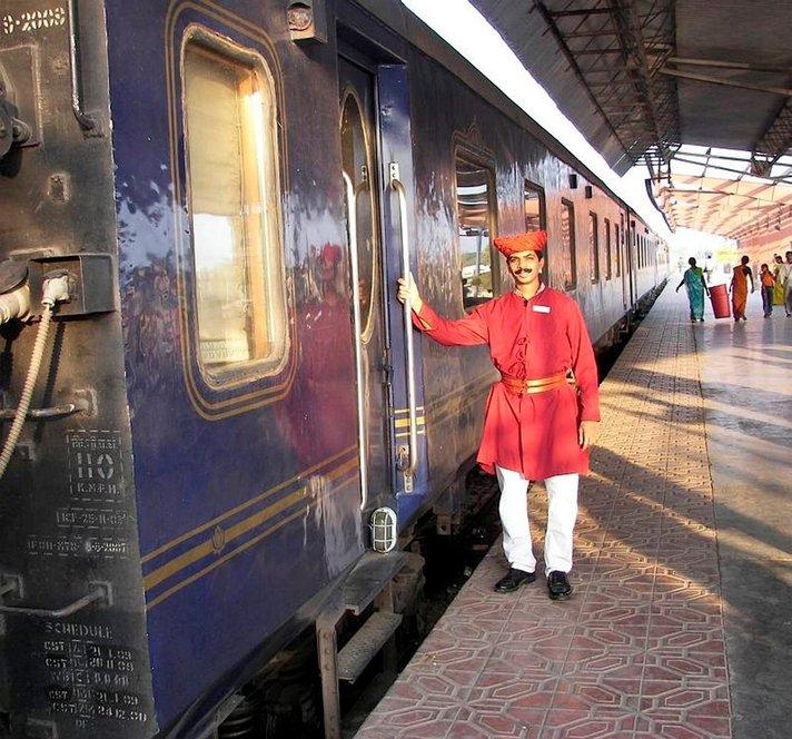 Luksusjunalla Intiassa