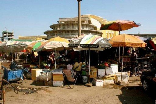 Yksityisyritteliäisyys tuo kaivattuja työpaikkoja. Taustalla yksi monista rakennuksista, joita Phnom Penhissä nousee kahden miljoonan asukkaan kaupunkiin.