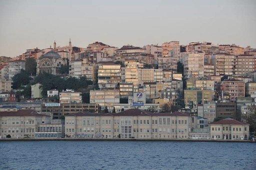 Vanha Istanbulin keskusta on tiiviisti rakennettu. Terminaalin rannassa rakennukset ovat jyrkällä rinteellä, jonka takana on Taximin alue.