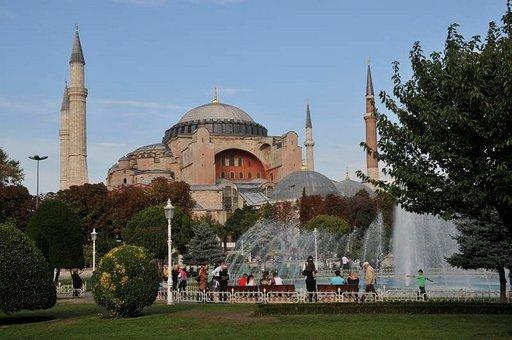 Maanjäristyksistä huolimatta Hagia Sofia seisoo tukevasti paikoillaan.