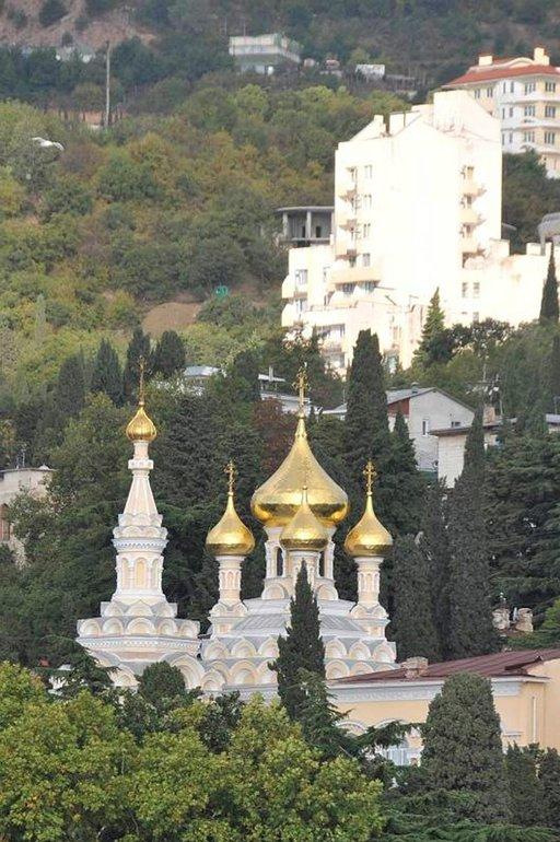 Aleksander Nevskin kirkko sai kullatut sipulit 2010 päättyneessä konservoinnissa.