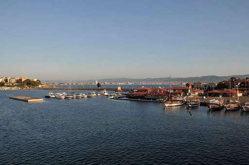Bulgarian Nessebarin satama yhdistyy mantereeseen kapealla kannaksella, jota pitkin pääsee kaupunkiin kävellen tai linja-autolla.