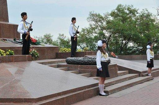 Kaatuneiden merimiesten muistomerkkiä vartioivat univormuihin puetut lapset.