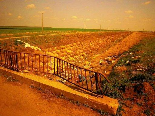 Valtavia viljelyaukeita rumentavat jätteet, joita paikalliset kantavat pimeän aikaan ojiin ja niiden pientareille.