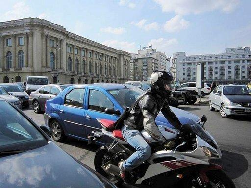 Bukarestin liikenne on kaoottista. Kävellessä on mielenkiintoista seurata kaupunkilaisten taitoa selviytyä ruuhkassa.