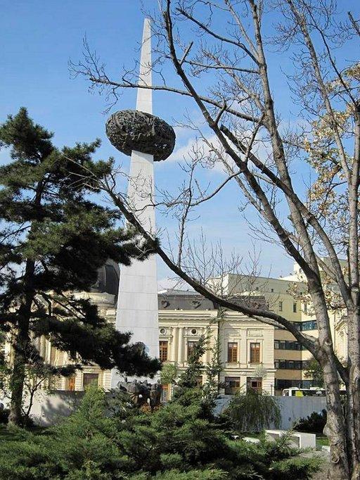 Muistomerkki vuoden 1989 tapahtuma-aukion reunalla.