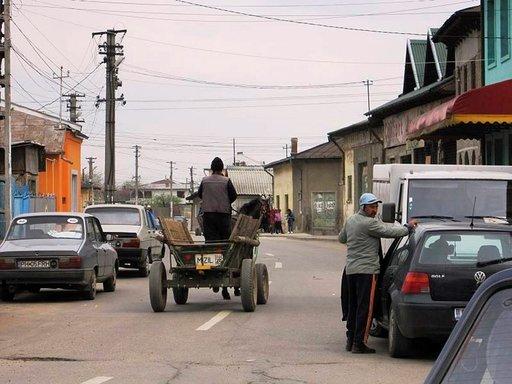 Hevoskärryt eivät ole harvinainen näky Romanian maaseudulla.