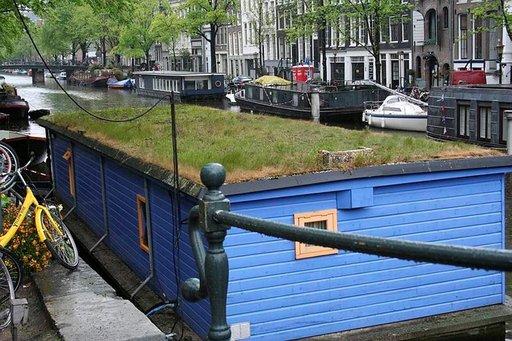 Asuntoveneitä näkyy Amsterdamin kanaaleissa.