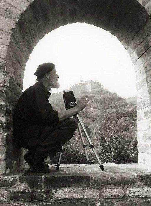Eero Sorila Kiinan muurilla. Kuva: Veikko Kummila.