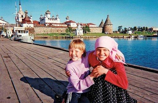 Tyttöjen iloinen nauru Venäjän Solovetskissä. 1429 perustetun luostariyhteiskunnan elämä hymyilee jälleen vapauduttuaan vuosien 1923-1939 Stalinin vankileirikäytöstä. Vanhemmilla saaren asukkailla hymy hyytyy niitä aikoja muistellessa. Kuva: Eero Sorila