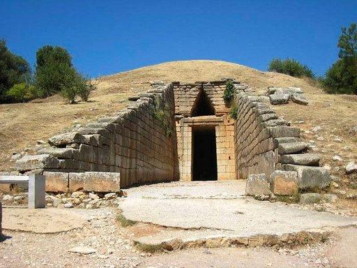 Kuninkaallisessa haudassa, Atreuksen aarrekammiossa vuodelta 1359 eKr on kaikuva akustiikka ja sen korkeutta on vaikea arvioida.