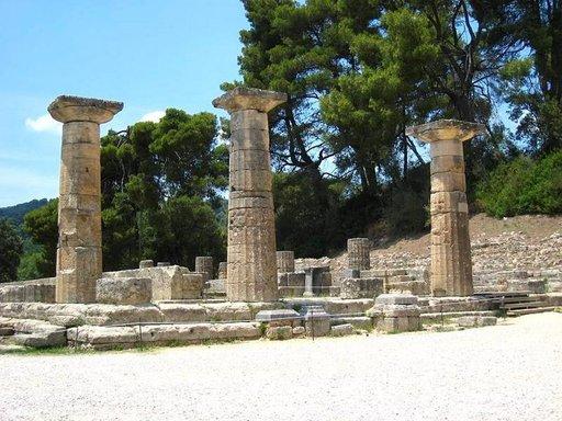 Heran temppelin raunioiden edustalla Olympiassa sytytetään olympiatuli joka neljäs vuosi.