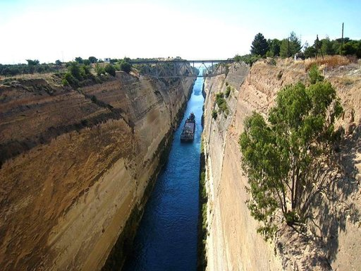 Korintin kanavaa liikennöivät nykyisin turistilaivat ja paikalliset veneet. Isot alukset joutuvat kiertämään niemimaan, sillä kanava on vain 27 metriä leveä.
