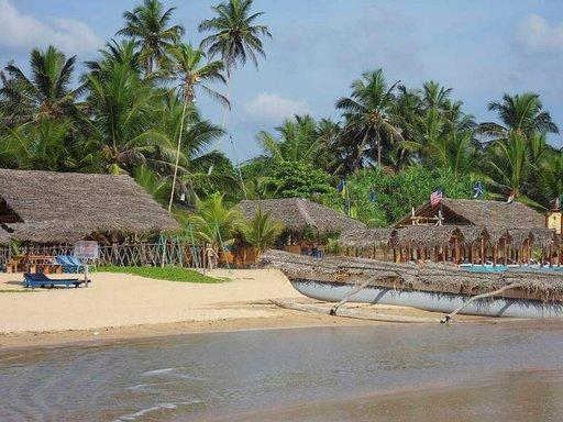 Pienet viehättävät rantaravintolat pääsevät oikeuksiinsa auringonlaskun aikaan.