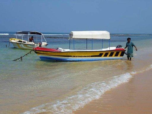 Hikkaduwan rannasta voi tehdä retkiä lähirannoille.