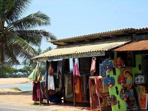 Puuveistoksia ja batiikkitöitä on myytävänä lähes joka kaupassa Galle Roadin varrella.