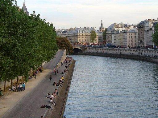 Seinen rantaan voi kulkea myös liuskoja pitkin.