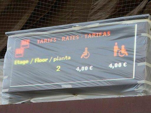 Liikuntarajoitteinen henkilö maksaa Eiffel-tornin lipusta alennetun hinnan ja avustaja kulkee mukana ilmaiseksi.