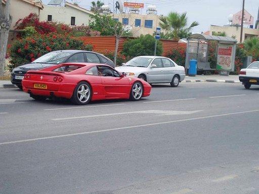 Ferrari on paikallisbussia yleisempi näky Kyproksen liikenteessä.
