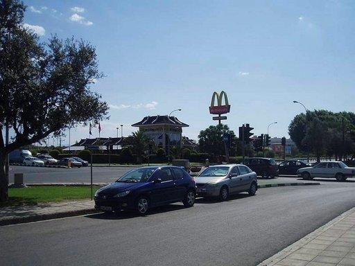 Drive-in McDonalds pääkaupunki Nikosian vilkkaassa risteyksessä.