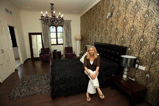 Tanja (kuvassa) ja Paul Slijper pitävät Sollerissa kahdeksan huoneen luksushotellia, jossa harvoin tapaa suomalaisia.