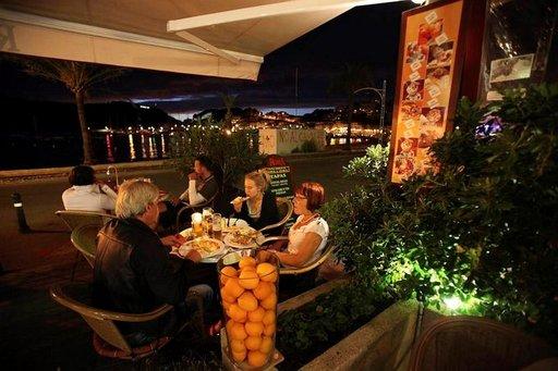 Leppeä ilta on laskeutunut Solleriin. Ravintoloissa nautitaan maukkaista päivällisistä.