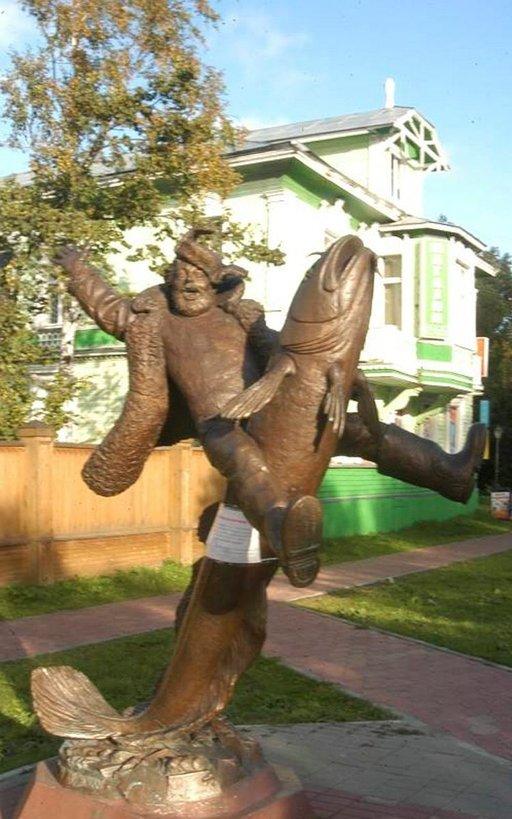 Kävelykadun Mies ja kala -patsaan aihe pohjautuu vanhaan paikalliseen tarinaan.