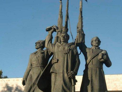 Kansalaissodan muistomerkki kohoaa sataman lähellä.
