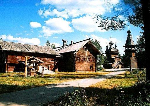 Malyje Korely on paikallisen puurakennustaiteen taidonnäyte ja kansantaidemuseo.