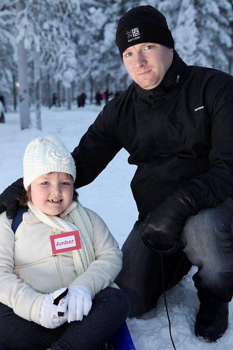 Amber Ivan oli Lapin matkasta innoissaan. Isä Robert iloitsi päivästä ilman sairautta.