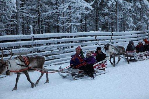 Poromies Reima Ylinampa ajelutti lapsia Joulupukin kulkuvälineellä.