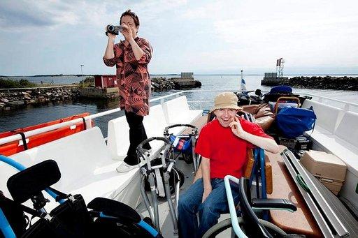 Markus Rauhamäki on innoissaan meriseikkailusta. Äiti Tuula Henttu kuvaa reissua.