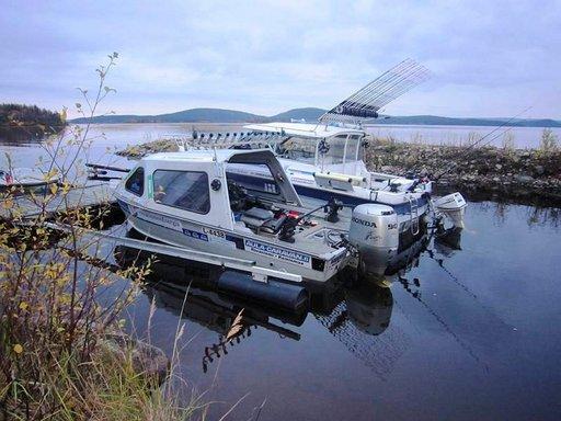 Kaksi alusta valmiina koko päivän kestävälle kalastusmatkalle.
