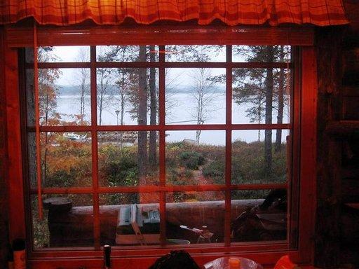 Aurinko laskee Inarinjärven selälle.