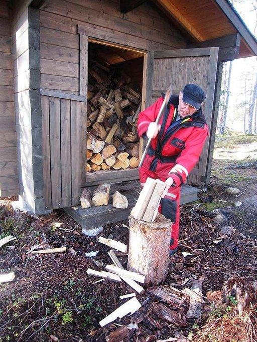 Metsähallitus on tuonut puita, jotka Markku Paananen pilkkoo nuotioon.